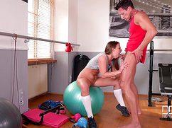Накачанному инструктору девушка дала на тренировке