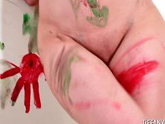 Молодая художница разрисовала себя красками
