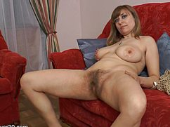 Опытная женщина разделась на домашнем диване