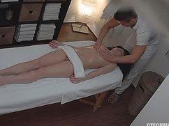 Сексуальная на массаже девушка раздвигает ноги