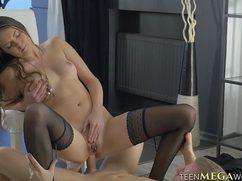 Марина снимает трусики и упражняется на члене парня