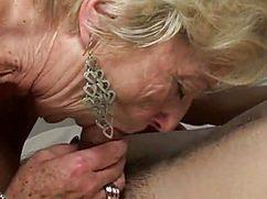 Старая баба  берет в рот у молодого кобеля