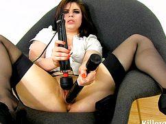 Резиновыми секс игрушками черноволосая бестия трахается