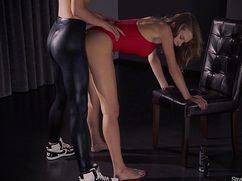 Активная женщина страпоном проникает в подругу