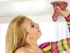 Блондиночка теребит на массаже член клиента