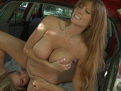 Коварные лесбиянки занялись сексом в машине