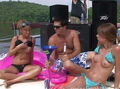 Девушки с сиськами на яхте проводят досуг