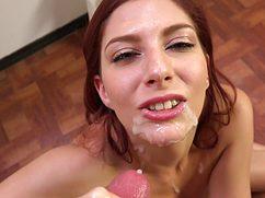 После минета чувиха получила сперму на лицо