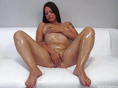 На кастинге девушка в масле полирует свою вагину