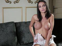 Девушка с большой красивой грудью мастурбирует