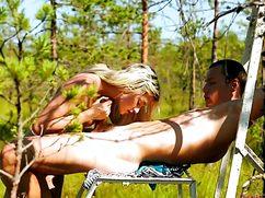 Парень и девушка отлично трахнулись на природе