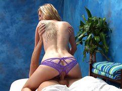 Массажист предоставил клиентке трах в эротических трусиках