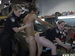 Черный автолюбитель трахает полицейских в гараже
