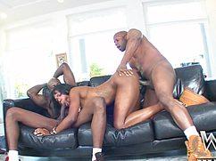 Девушка с черной попой пенисы обрабатывает