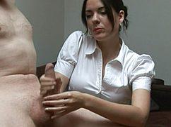 Дама в белой блузке мастурбирует мужику член
