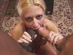 Блонда принимает два члена одновременно в свои дырки