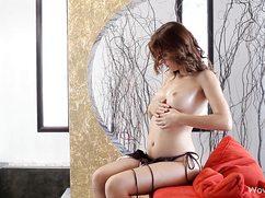 Трепещущая девушка в масле ласкает свои сисечки