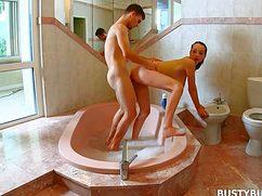 Молодой партнер поебал подругу в ванной жестко