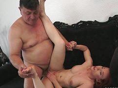 Жирный кабан снял красивую тёлочку для секса