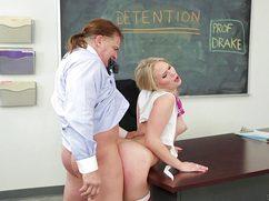 Классная блондинка трахается с ненавистным профессором