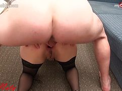 Развратная девушка дает в попу члену проникнуть