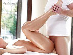 Мастер совместил массаж с вагинальным сексом