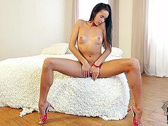Маруха обнажает свое тело и нежно ласкает киску
