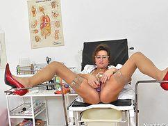 Страстная медсестра знает как себя расслабить