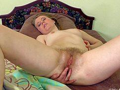 В спальне на кровати дамочка дрочит волосатку
