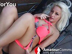 Лежа на кровати блондинка показывает киску