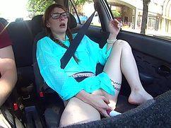 Четырехглазая девушка мастурбирует в машине