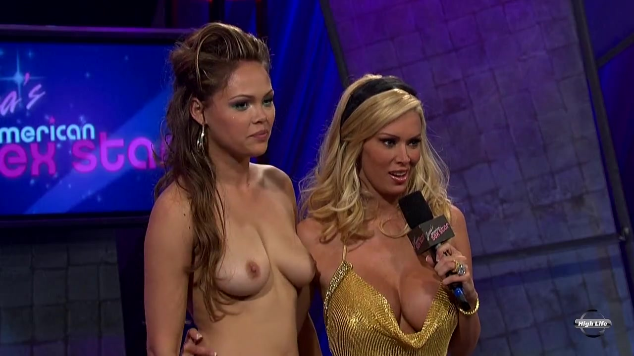 Девушки выступали на секс шоу раздеваясь до гола