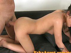 Стройная брюнеточка согласилась на секс с агентом