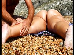 На пляже сует пальцы в вагину своей спутнице