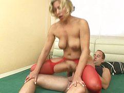Женщину в красных чулках отлично выебал между ног