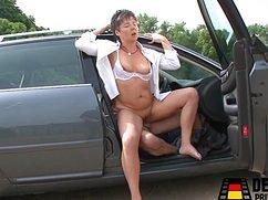 Четкий мужик приятно оттрахал мадам в машине