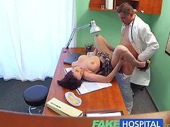 Наивная пациентка испытала секс у врача во время приема