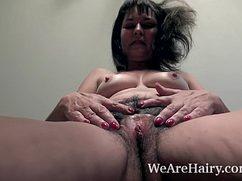 Женщина средних лет показывает небритую пизду
