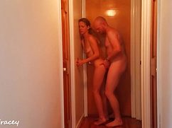 Лысый кобель трахает девку стоя в коридоре