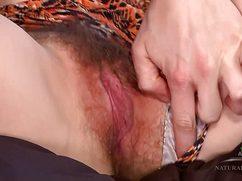 Дамочка без титек ласкает волосатую пизду