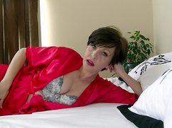 Лежа на кровати возбужденная жена показывает попу