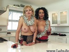 Голодные бабки с голыми сиськами шалят на кухне
