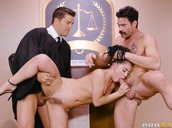После заседания судья с прокурором ебут адвокатшу