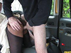 Четкий таксист порвал клиентке колготки руками