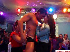 Невероятная секс вечеринка в клубе у танцпола