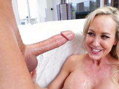 Зрелая блондинка сосет пенис массажиста