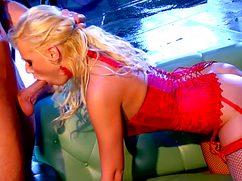 Сексуальная блонда на члене чувствует себя настоящей сучкой