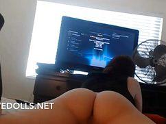 Перед большим телевизором телка трясет голой попой