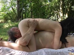 Молодая легкодоступная телка трахается со дедом