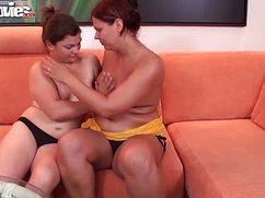 На оранжевом диване дамочки совместно потрахались